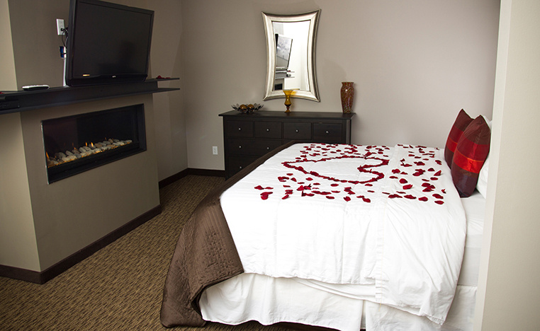The Royal Swimming Pool Suite Book A Romantic Getawa Belamere Suites Hotel